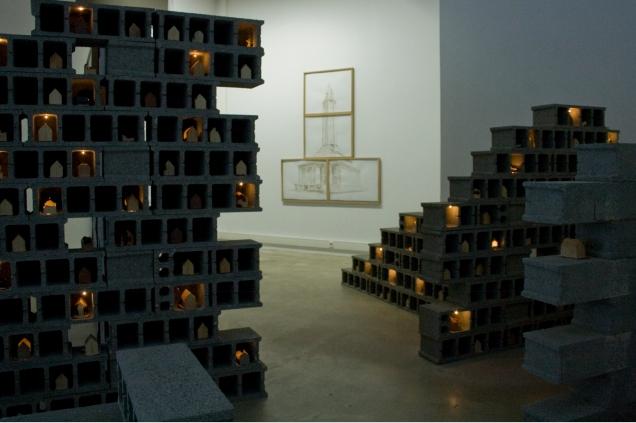 Anne Houel, Pondeuses, parpaings, céramiques, dispositif électrique et am- poules, dimensions variables, 2012-2014